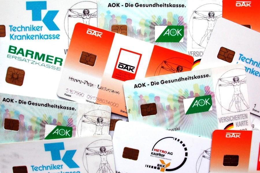 ARCHIV - Eine Auswahl von Versicherungskärtchen verschiedener Krankenkassen (Archivfoto vom 28.6.2001). Der Schätzerkreis für die gesetzliche Krankenversicherung will am Donnerstag (02.10.2008) den einheitlichen Beitragssatz für das kommende Jahr vor