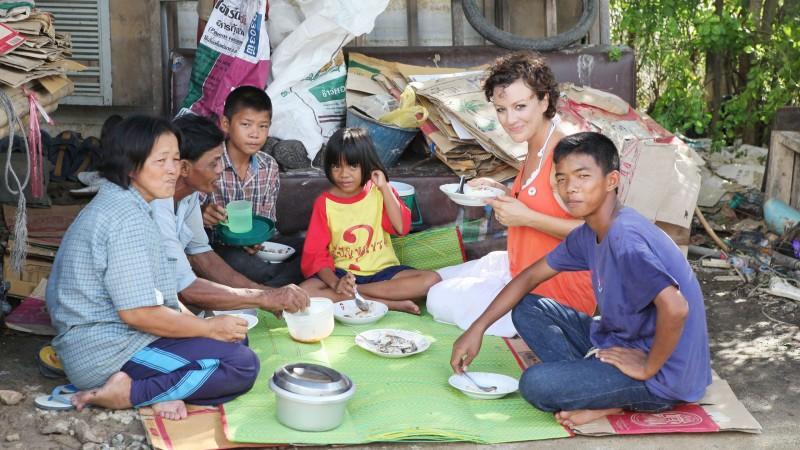 Miriam Pielhau engagiert sich für den Bau einer Schule für notleidende Kinder in Na Nai, Thailand. Die Moderatorin hat den zerstörerischen Tsunami im Dezember 2004 vor Ort miterlebt und engagiert sich seit dem für die Opfer. In dem kleinen Dorf Na Na
