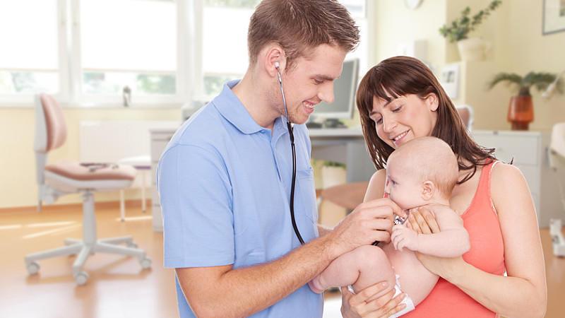 Die U-Untersuchungen beim Kinderarzt begleiten die Entwicklung Ihres Kindes in den ersten 6 Lebensjahren.