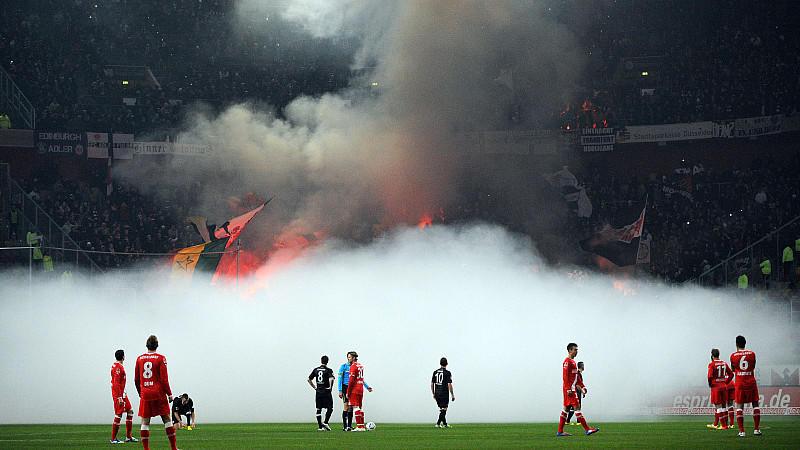 Szenen aus dem letzten Duell zwischen Düsseldorf und Frankfurt: Der Gäste-Block brennt lichterloh.