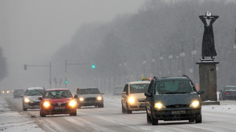 Während im Norden spiegelglatte Straßen den Weihnachtsverkehr behindern und Dutzende Autofahrer bei Schnee- und Eisregen in Unfälle verwickelt wurden, steuern der Westen und der Südwesten auf Rekord-Temperaturen zu.