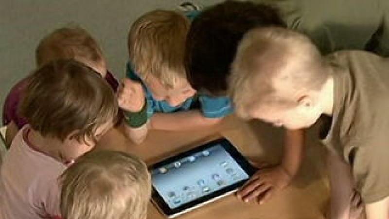 Kinder spielen gerne stundenlang mit iPads und Tablets. Experten und Pädagogen sehen einen zu hohen Medien-Konsum bei Kindern kritisch.