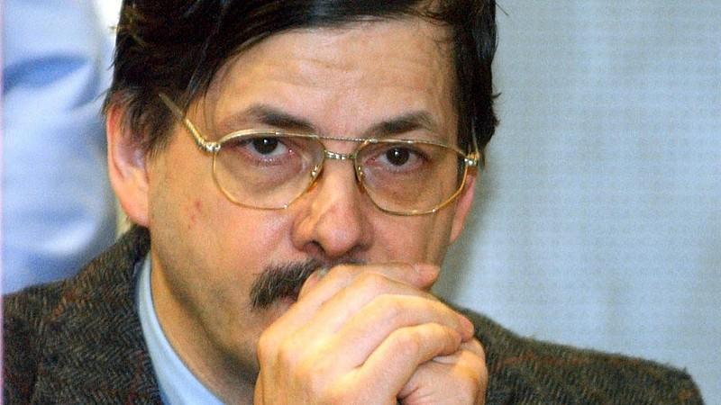 ARCHIV - Der belgische Kinderschänder Marc Dutroux verfolgt am 22.04..2004 die Verhandlung im Gericht von Arlon (Belgien). Der Fall Marc Dutroux beschäftigt erneut die belgische Justiz: Unter schärfsten Sicherheitsbedingungen berät ein Brüsseler Geri