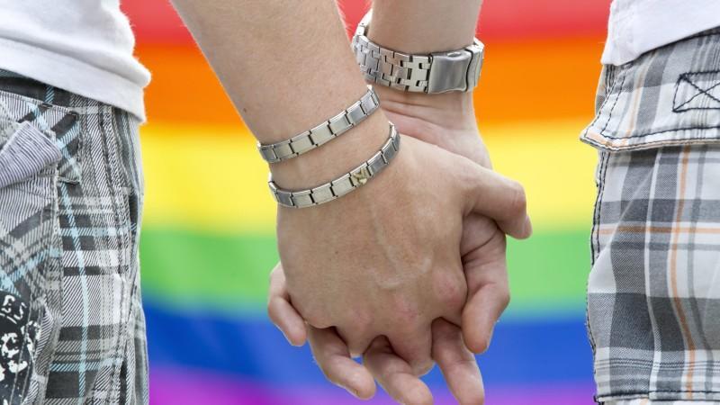 Nach dem Urteil des Bundesverfassungsgericht zum Adoptionsrecht wird parteiübergreifend der Ruf nach völliger Gleichstellung homosexueller Lebenspartner mit Eheleuten lauter.