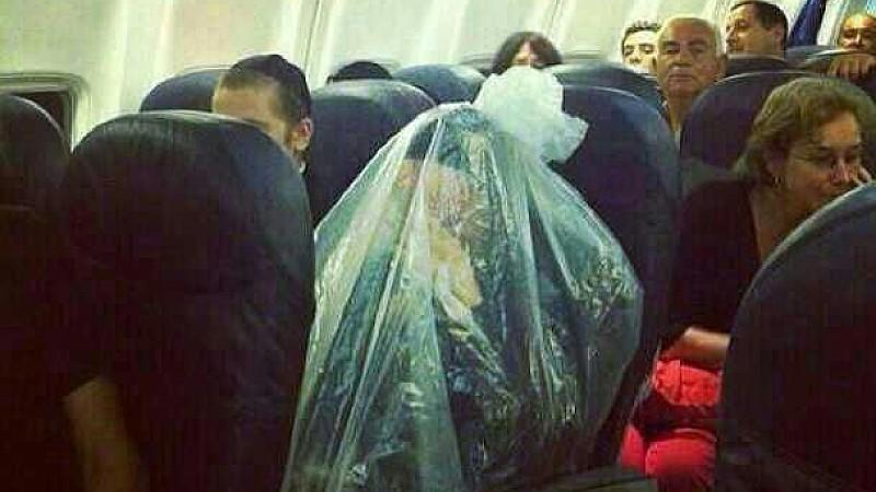 User im Internet spekulieren, warum sich dieser ultra-orthodoxe Jude in einen Plastiksack gehüllt hat.