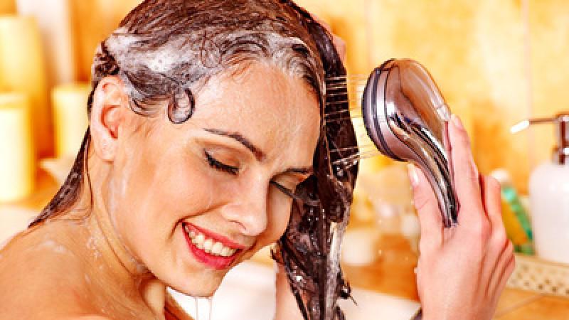 Die meisten Shampoos sind mit leichten Abstrichen gut. Wer aber beste Haarpflege will, sollte sich Naturkosmetik mit unter die Dusche nehmen.