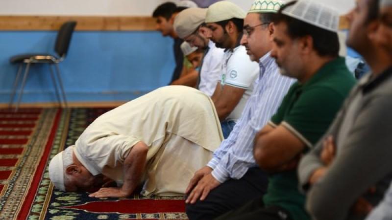 Ein Imam betet am Sonntagmittag (02.09.2012) während des Mittagsgebets im Gebetsraum der Bait ul Rasheed Moschee in Hamburg. Am gleichen Tag spendeten zahlreiche Muslime in der Moschee während einer Blutspendenaktion des Deutschen Roten Kreuzes (DRK)