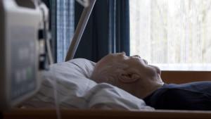 Ältere Menschen werden in Pflegeheimen laut der Gewerkschaft der Polizei immer öfter Opfer von Straftaten.
