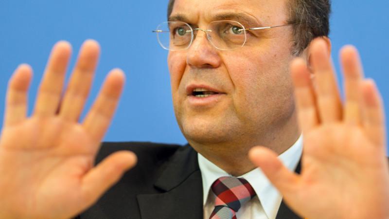 Bundesinnenminister hat mit einem schlimmen rhetorischen Fauxpas Bestürzung ausgelöst und die Opposition damit auf den Plan gerufen.