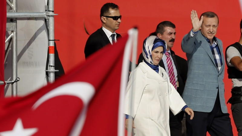 Während die Polizei in den Straßen Istanbuls hart gegen die Demonstranten vorgeht, lässt sich Regierungschef Erdogan auf dem Taksim-Platz von seinen Anhägern feiern.
