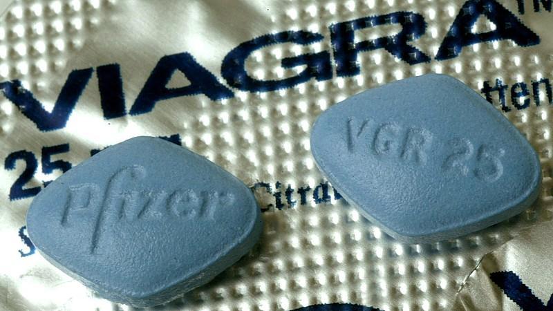 Klein und blau: Bevor Sie Viagra schlucken, sollten Sie sich allerdings vom Arzt untersuchen lassen, damit Sie kein blaues Wunder erleben.