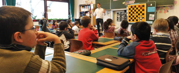 Schüler sitzen im Klassenzimmer einer Münchner Grundschule.