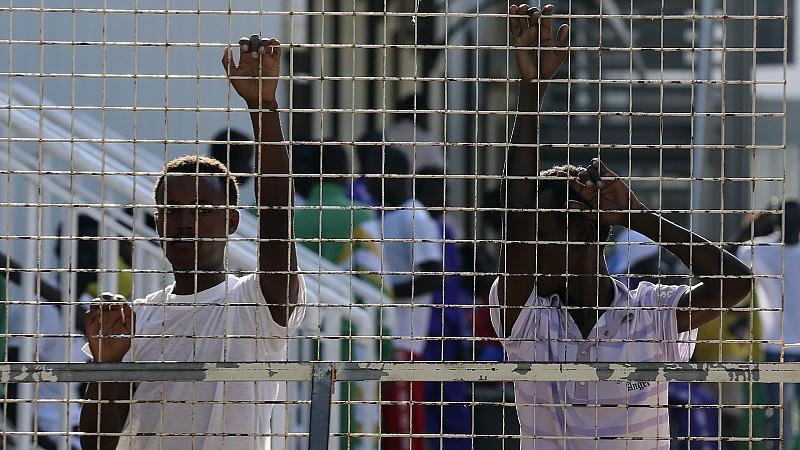 Afrikanische Migranten stehen in einem Flüchtlingscamp auf der italienischen Insel Lampedusa.