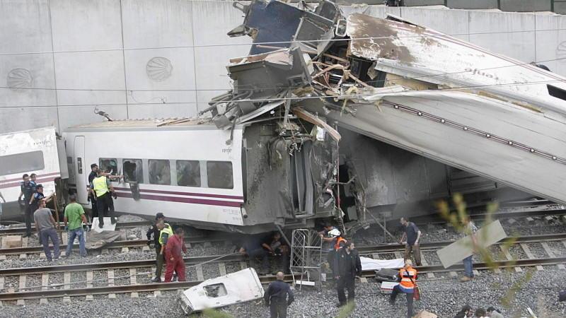 Ein Schnellzug aus Madrid war kurz vor Erreichen des Bahnhofs der Regionalhauptstadt Galiciens entgleist.