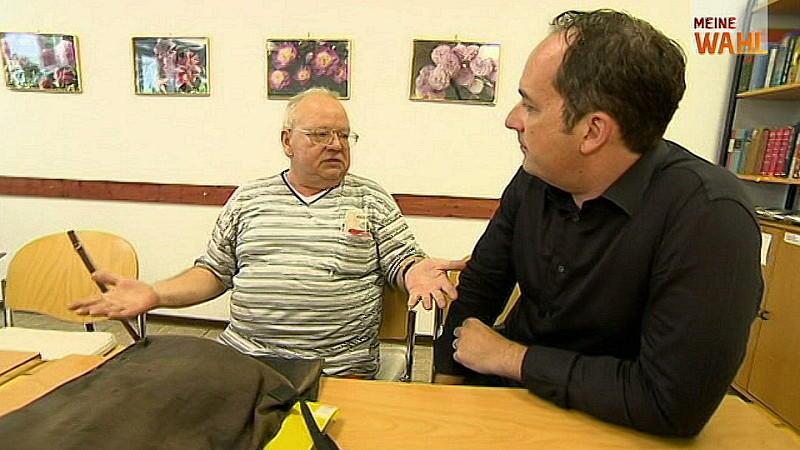 RTL-Wahlreporter Sascha Szebel spricht mit Rentnern