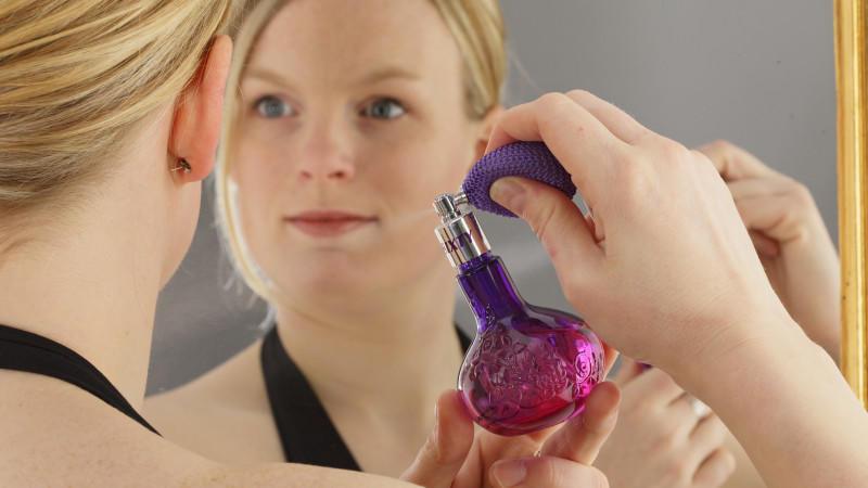 Junge Frau mit Parfümflakon