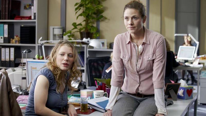 """Rebecca Rudolph und Ellenie Salvon Gonzáles spielen in """"Sekretärinnen - Überleben von 9 bis 5"""""""