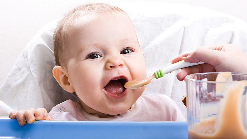 Kind wird gefüttert.