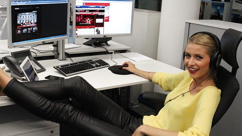 Jurorin Lena Gercke surft total entspannt über die Supertalent-Seiten bei RTL.de