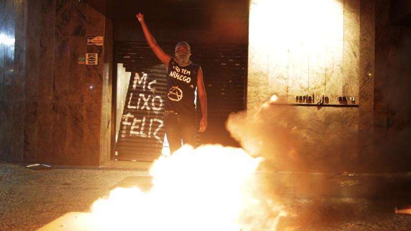 Hunderte maskierte Randalierer zogen durch das Zentrum von Rio de Janeiro. Sie warfen Schaufenster ein, demolierten Busse und Haltestellen und steckten Autos in Brand.