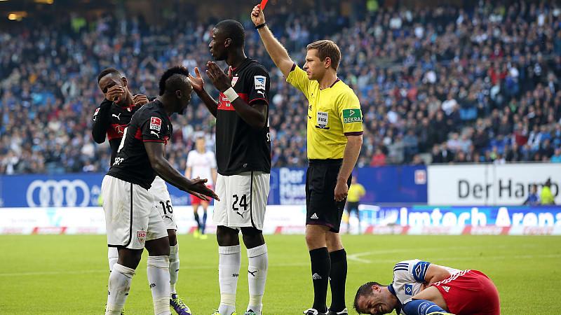 Negativer Höhepunkt beim spektakulären 3:3 zwischen dem HSV und dem VfB: Die Rote Karte gegen Antonio Rüdiger nach Tätlichkeit gegen Rafael van der Vaart.