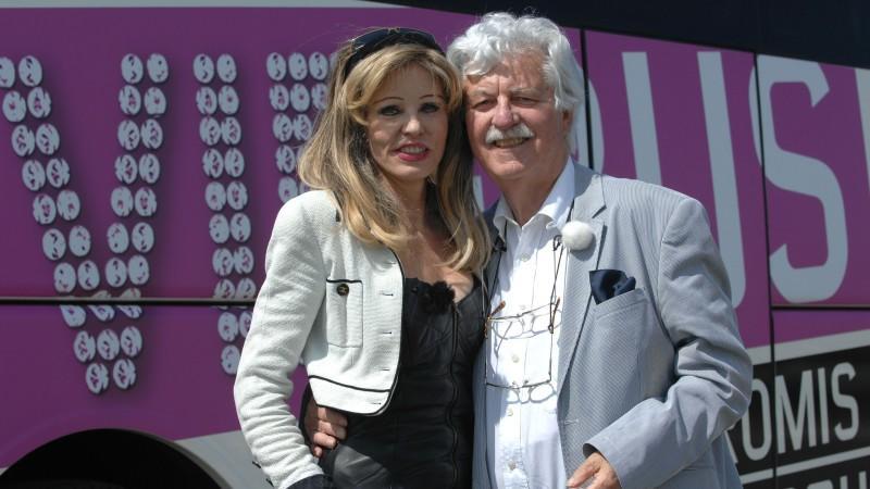 Gisela Muth und Hans-Georg Muth steigen in den VIP Bus.