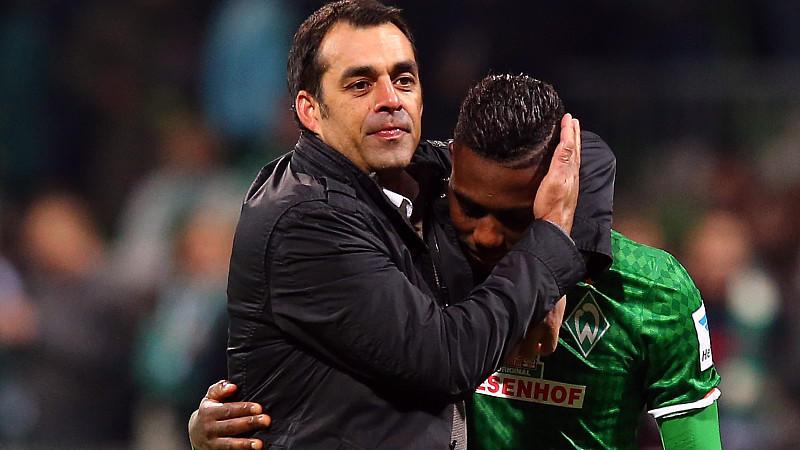 Werder-Trainer Robin Dutt tätschelt Eljero Elia.