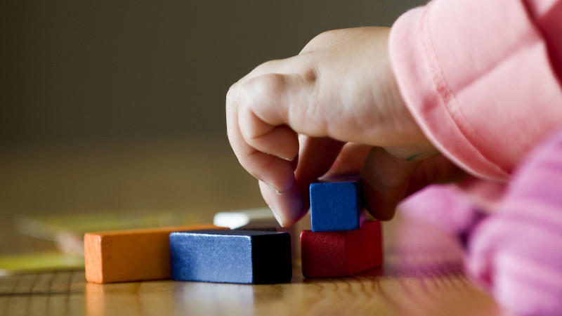 Nicht jedes Holzspielzeug gehört in Kinderhände.