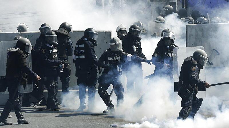 Tausende Polizisten schützen die Regierungseinrichtungen in Bangkok und setzten dabei auch Tränengas und Wasserwerfer ein.