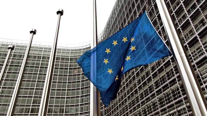 ARCHIV - Die Europäische Flagge weht am 05.01.2005 in Brüssel auf Halbmast. Die Europäische Statistikbehörde Eurostat veröffentlicht am Freitag (29.11.2013) Zahlen zur Arbeitslosigkeit im Oktober 2013. Foto: Stringer/dpa (zu dpa-Meldung vom 29.11.201