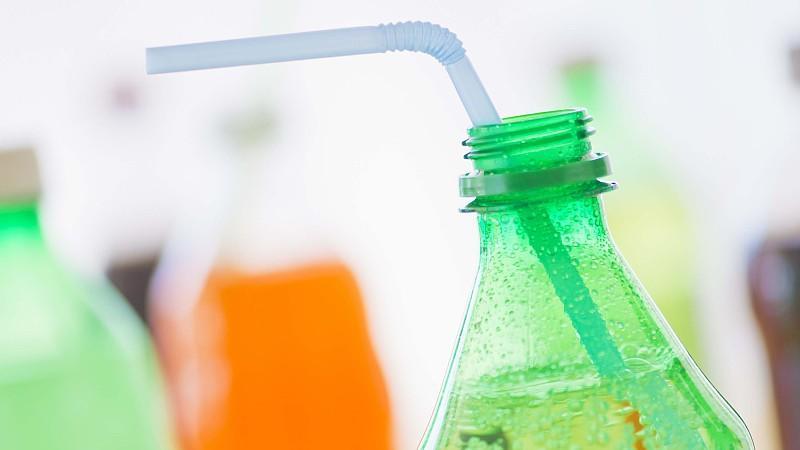 Studio shot of bottles with beverages, Erfrischungsgetränke in Plastikflaschen Keine Weitergabe an Drittverwerter.