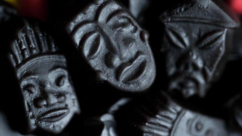 """ILLUSTRATION - Lakritz in Form von afrikanischen, asiatischen und indianischen Masken und Gesichtern aus einer Tüte """"Haribo Lakritz Parade"""" liegen am 21.01.2014 auf einem Tisch in Köln (Nordrhein-Westfalen).    Foto: Rolf Vennenbernd/dpa     (zu dpa"""
