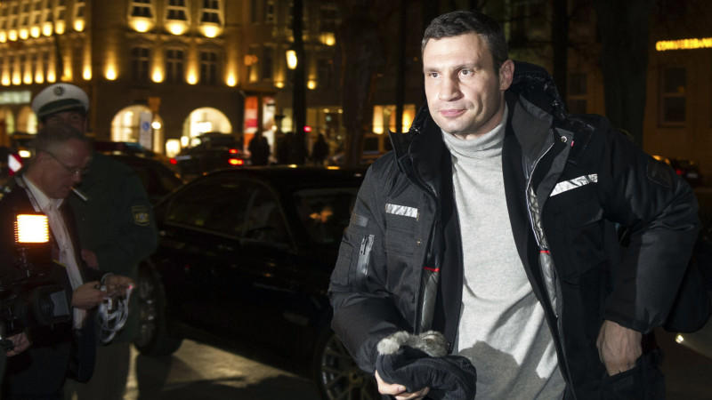 Klitschko am Abend bei seiner Ankunft in München