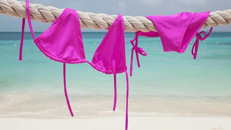 Bikini hängt zum Trocknen auf einem Seil