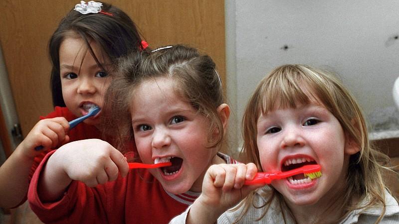 Schon im Kindesalter ist eine regelmäßige Zahnpflege wichtig, um Karies vorzubeugen. Doch nicht jede Zahnpasta ist gleich gut für die Prophylaxe geeignet.