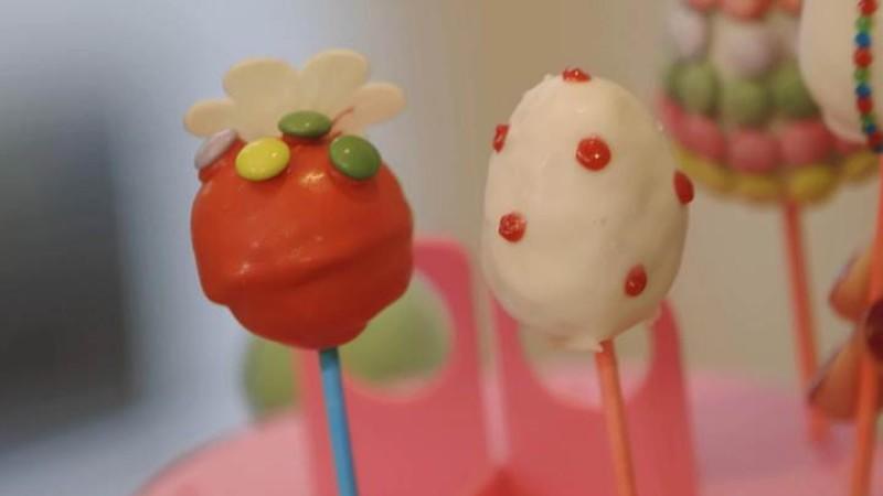 Cake Pops sind nicht nur ein echter Hingucker, sondern schmecken auch noch sehr lecker.