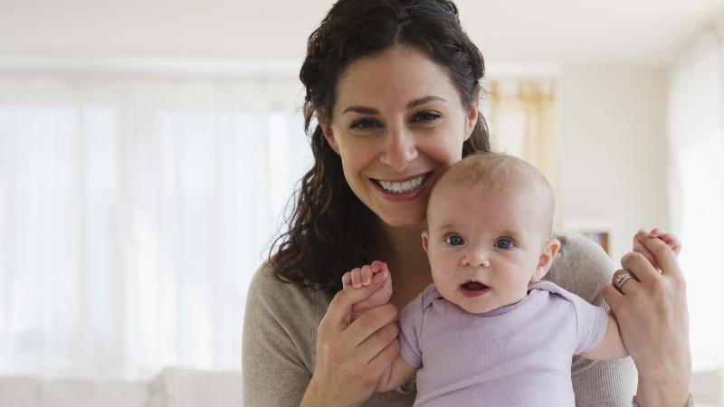 Im ersten Quartal seines Lebens hat das Baby bereits einiges gelernt, aber auch im 4. Monat gibt es noch viel zu entdecken.