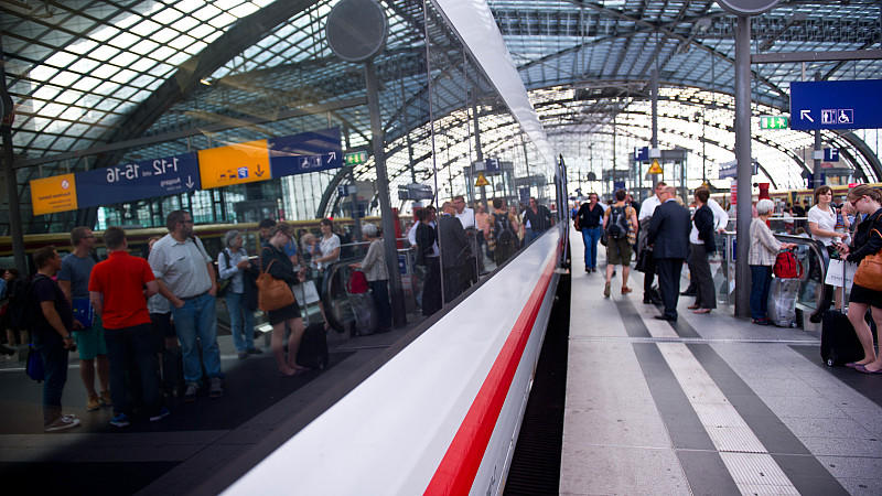 Nach dem Unwetter über Deutschland normalisiert sich der Schienenverkehr allmählich wieder.