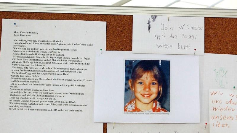 An einer Wand in der Kirche des oberfränkischen Ortes Lichtenberg hängt am 22.4.2002 ein Bild der vermissten Peggy Knobloch. Einwohner haben Briefe der Anteilnahme daneben gehängt. Seit dem 7. Mai 2001 fehlt von der Neunjährigen jede Spur. Die Eltern