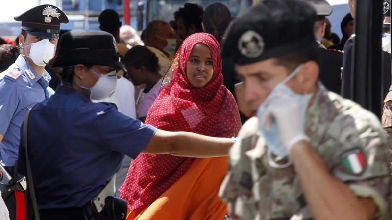 Der Zustrom neuer Bootsflüchtlinge reißt nicht ab: Italiens Marine hat über das Wochenende mehr als 1.900 Menschen gerettet.