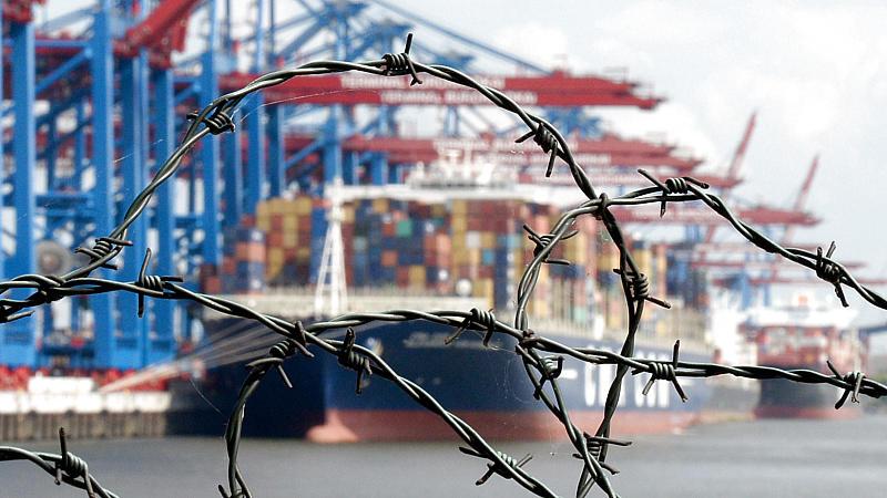 31 Menschen wurden in einem Container nach England gebracht, ein Mann starb (Motivbild).
