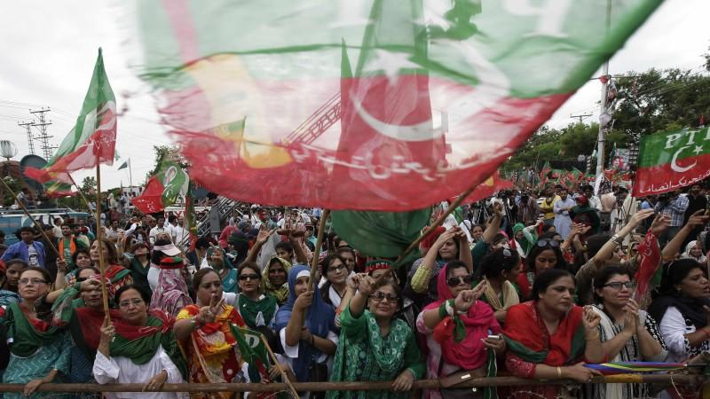 In Islamabad haben über 20.000 Menschen den Rücktritt von Regierungschef Sharif gefordert.