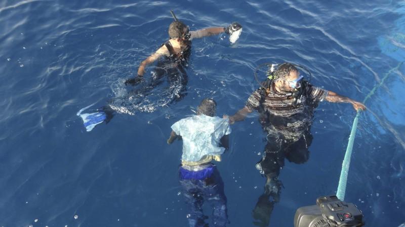 Nach Angaben der Marine konnten bisher erst 17 Menschen gerettet werden.