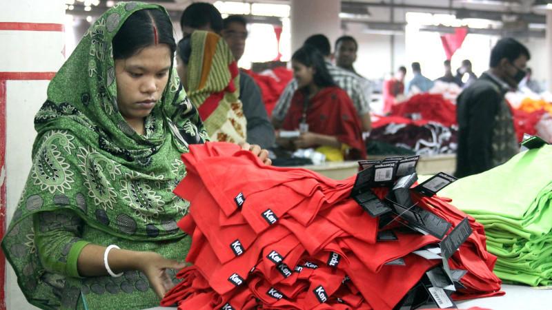 """Noch immer sind die Arbeitsbedingungen in Textilfabriken in Ländern wie Bangladesch und China katastrophal. Die """"Kampagne für saubere Kleidung"""" fördert die Umsetzung sozialer Mindeststandards sowie die Durchsetzung existenzsichernder Löhne und des Vereinigungsrechts bei der Herstellung von Kleidung."""