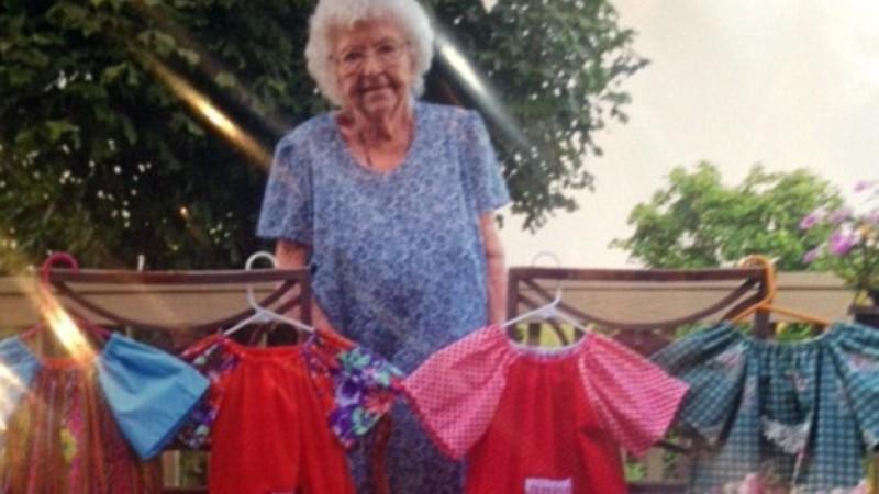 Lillian Weber (99) näht jeden Tag für die Hilfsorganisation 'Little Dresses for Africa' (Credit: Little Dresses For Africa)