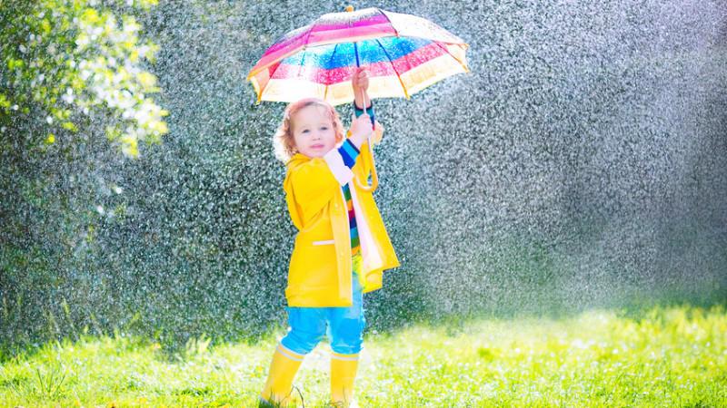 Regenjacken-Hersteller lassen Kinder (und Eltern) im Regen stehen: Die Jacken sind voll von Schadstoffen.