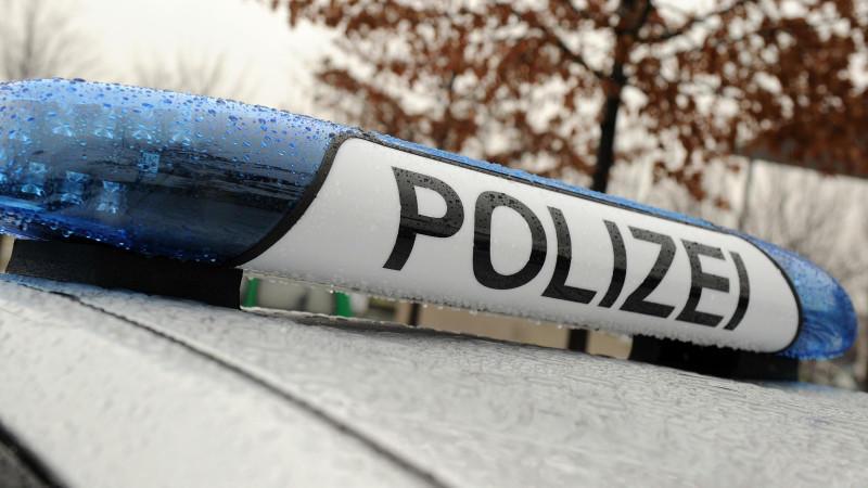 Drei kleine Kinder sind in Berlin von der Polizei aus einem völlig zugemüllten Auto befreit worden.