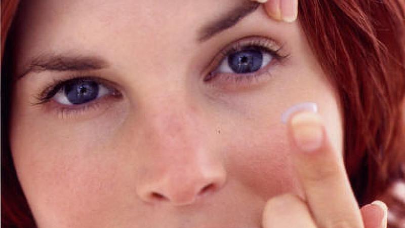 Wer seine Kontaktlinsen nicht richtig pflegt, riskiert Entzündungen und dauerhafte Augenschäden.