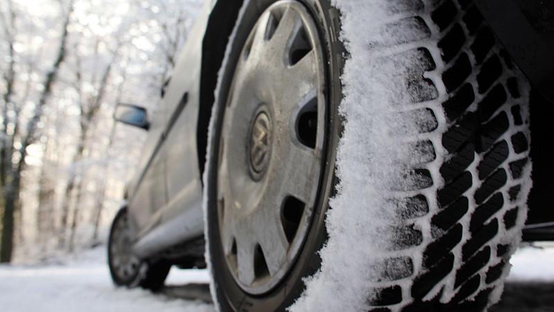 Winterreifentest 2014: Rutschgefahr besonders auf nasser Fahrbahn