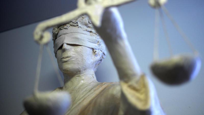 ARCHIV - ILLUSTRATION - Die Statue Justizia ist am 25.01.2011 im Amtsgericht in Hannover zu sehen.   Foto:Peter Steffen/dpa   (zu  dpa Berichterstattung über den 70.Deutschen Juristentag vom 19.09.2014) +++(c) dpa - Bildfunk+++